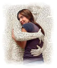 Libro abrazando a una lectora