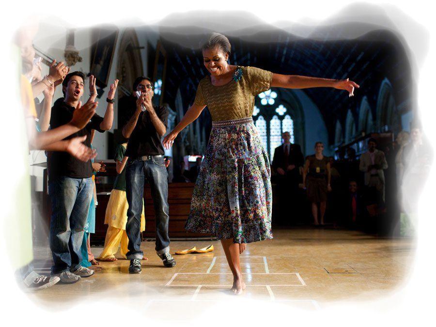 Michelle Obama saltando al sambori