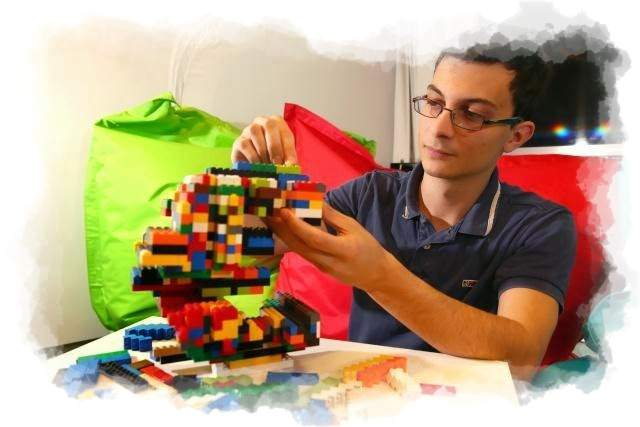 Adulto jugando con bloques lego