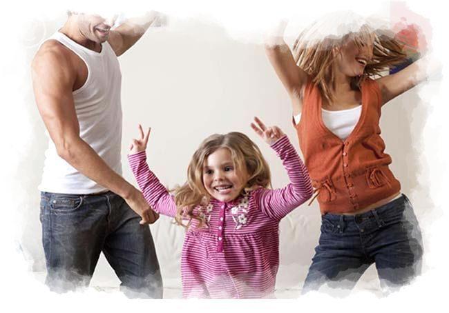 Familia saltando y jugando