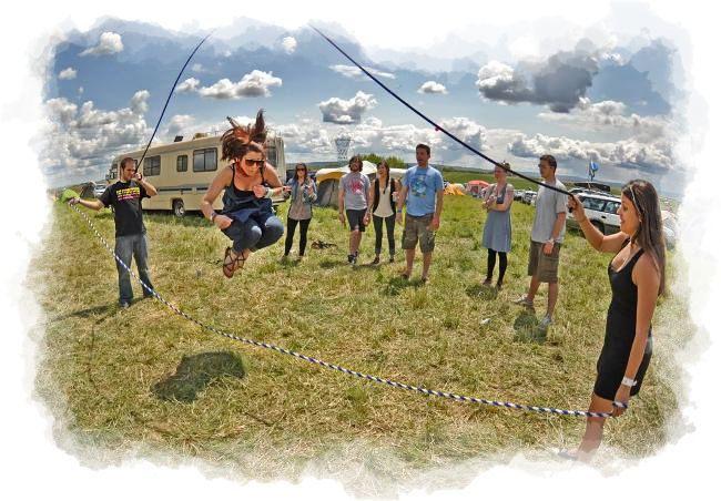 Adultos saltando a la cuerda
