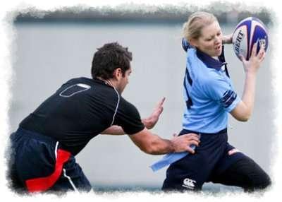 mujer jugando a rugby esquivando al contrario