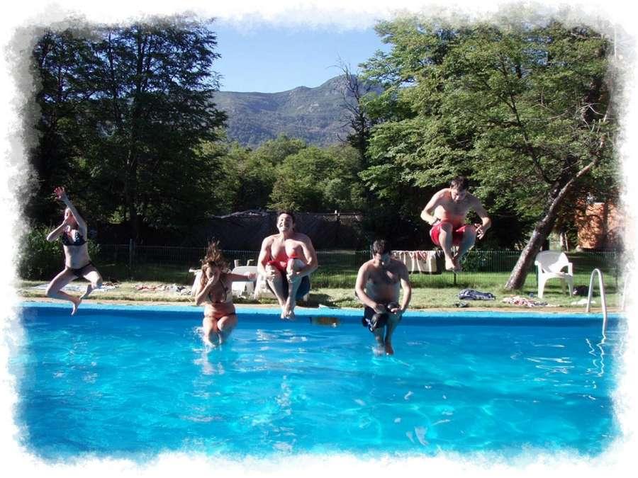 adultos saltando piscina
